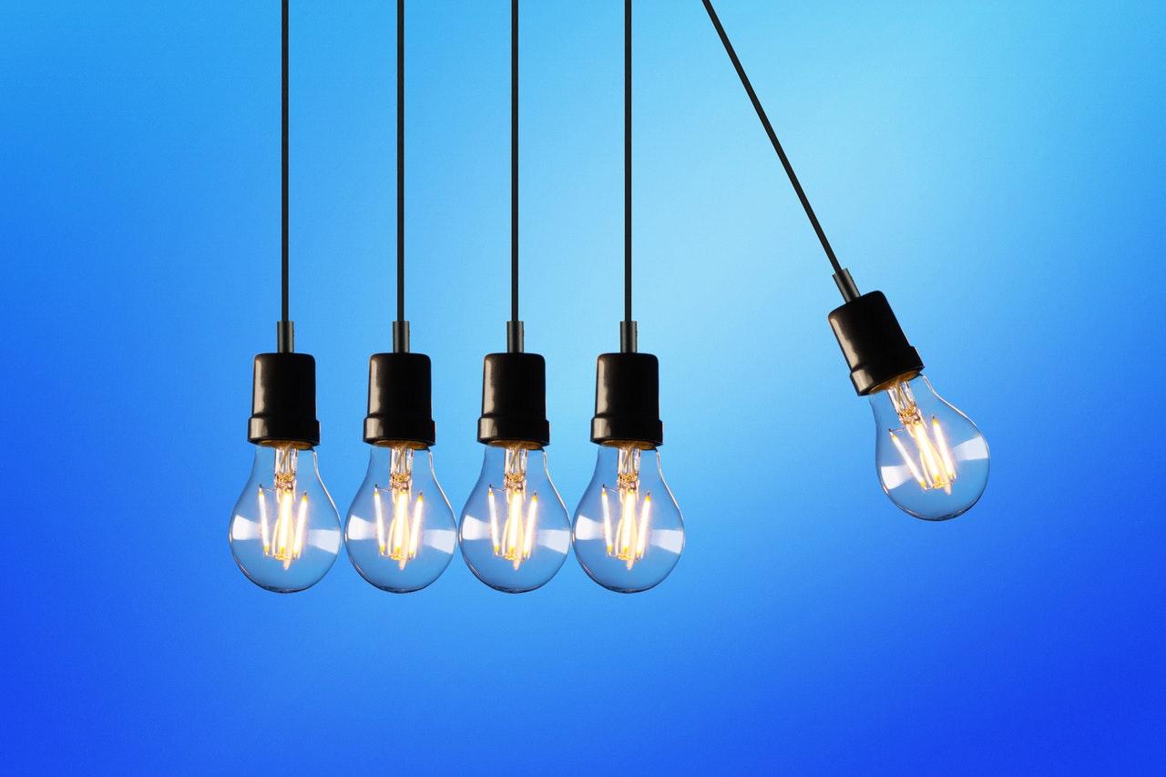 cinq ampoules alignées sur un fond bleu