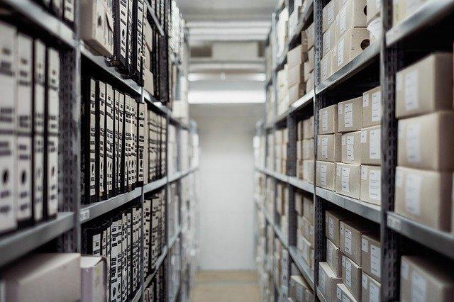 archives avec étagères et documents